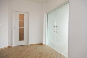 bílé dveře Praha